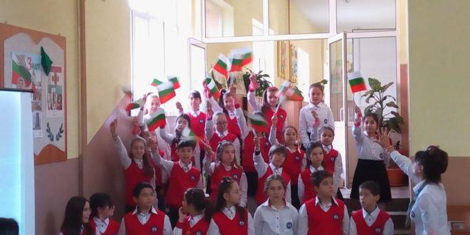 """НУ """"Христо Ботев"""" гр. Елин Пелин чества националния празник на България"""