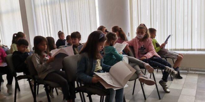 """НУ """"Христо Ботев"""" на посещение в Общинската библиотека"""